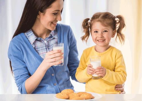 mamá e hija tomando leche